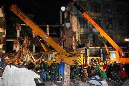 绵竹东汽中学救援人员在废墟中搜救学生